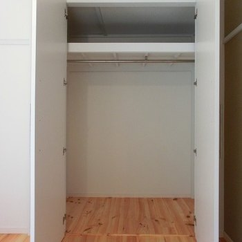 収納は奥行きのあるタイプ。※写真は別部屋、前回募集時のものです