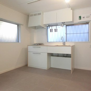 キッチンの床は石のタイル張りでお掃除が楽に。※写真は別部屋、前回募集時のものです