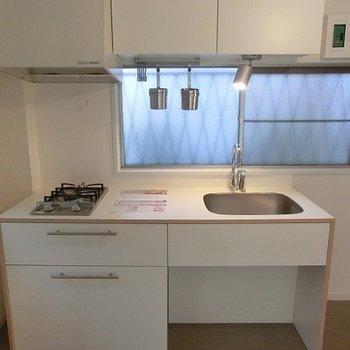 キッチンはTOMOSオリジナルの2口コンロ。※写真は別部屋、前回募集時のものです