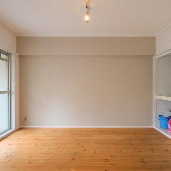 落ち着いた色合いのパイン材の床がキレイです