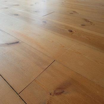この育て上げられた無垢床がいいのです。
