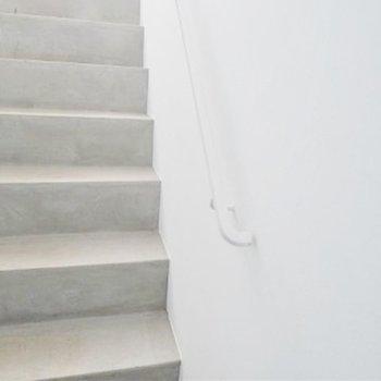 玄関に通じる階段はシンプルながら洗練されています