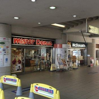構内には飲食店が併設されています。
