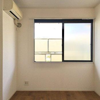 【洋室】こちらの窓は北向きなので日当たりが柔らかめ。ゆっくりとお休みいただけますよ。