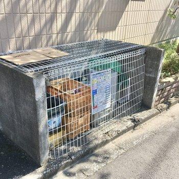 ゴミ置き場は建物の道路側に。