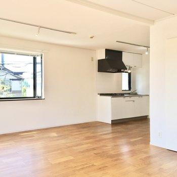 【LDK】収納部分から目線を左にそらすと、キッチンが見えます。