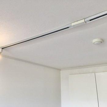 スポットライトがお部屋を程よく照らします。