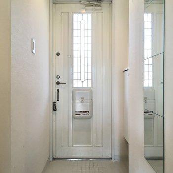 白の磁器タイルが可愛らしい玄関。ファーストインプレッション、大事ですからね。