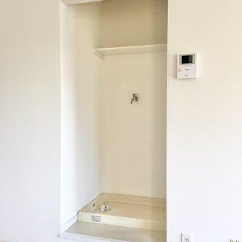 【LDK】その背後に洗濯機置き場が。カーテンで目隠ししても良さそうですね。