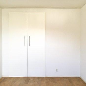 【洋室】こちらの部屋にもクローゼットが設置されています。