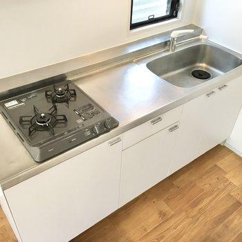【LDK】二口コンロのシステムキッチン。調理スペースがゆったりとしていて、家事が捗ります。