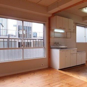 窓がたくさんあって明るいお部屋です。 ※前回募集時の写真です