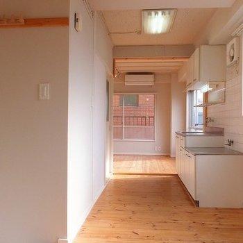 玄関からキッチンに向けて。窓3か所 ※前回募集時の写真です