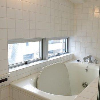 窓があり、気持ちの良いお風呂