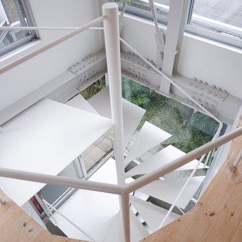 螺旋階段は白で爽やかに。