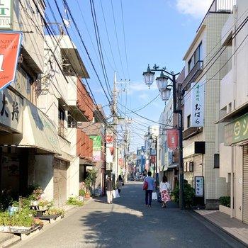 お部屋は活気ある駅から、ほのぼのとした商店街を抜けると見えてきます。