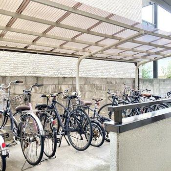 駐輪場は敷地内にあり、屋根付きで雨でも安心。
