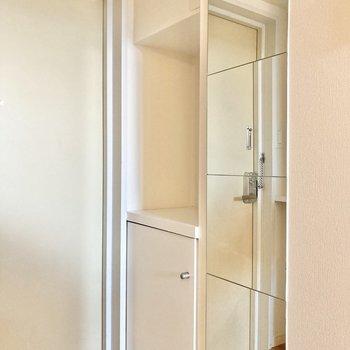 玄関横には鏡と、