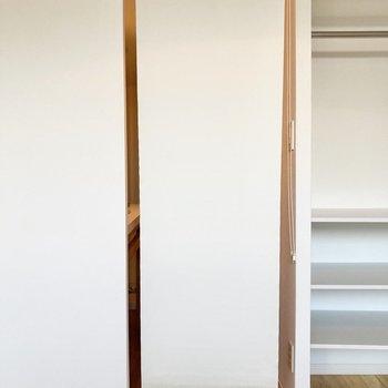 廊下と居室の間にはロールカーテンが付いていて、玄関からの視線もカットできます。