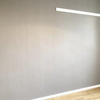 グレーのアクセントクロスがお部屋を落ち着いた雰囲気に。長押は壁掛け収納に便利ですね。