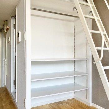 収納は棚付きのオープンクローゼット。目隠しを付けてもいいですね。