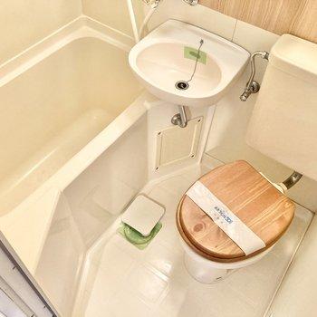 サニタリーは3点ユニットです。トイレの蓋が木目なのも可愛いですね。