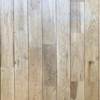 床は無垢材を使用していて木の温かみたっぷり。