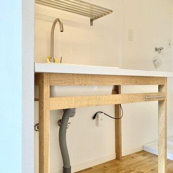 可愛らしいデザインのキッチン。シンク下の部分にラックなどを入れこむとよさそう。