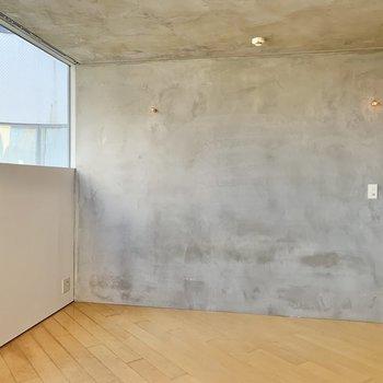 【2階】壁はコンクリート打ちっ放し。