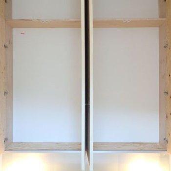 2階の収納は、奥行きは20cmくらいですが幅があります。