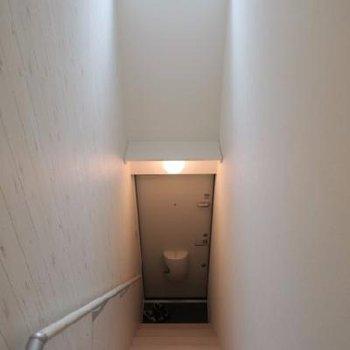 階段には窓があって明るい!