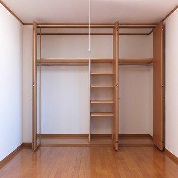 洋室にある収納も大容量!