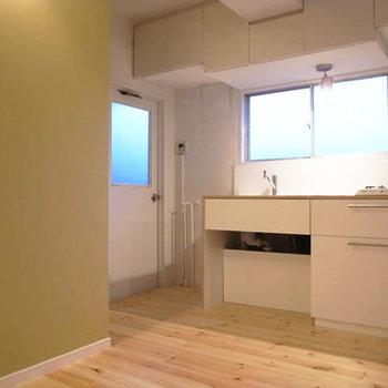 玄関から左手がキッチン※写真は前回募集時のものです