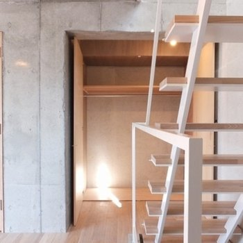 階段横に収納があります◎