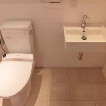 シンプルなトイレと洗面台。