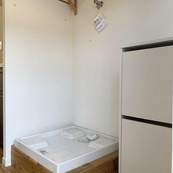 キッチン横は洗濯機置き場です。木棚が嬉しい。