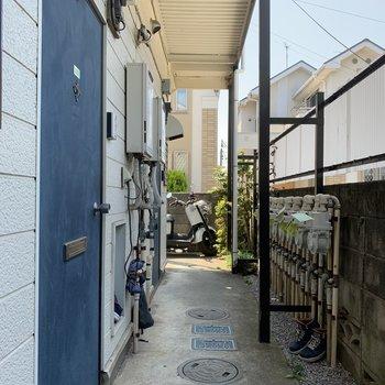 ブルーの玄関ドアが良いアクセント♪