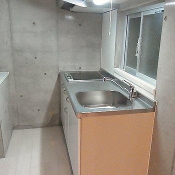 キッチンはシンプルなIH2口※画像は別室です