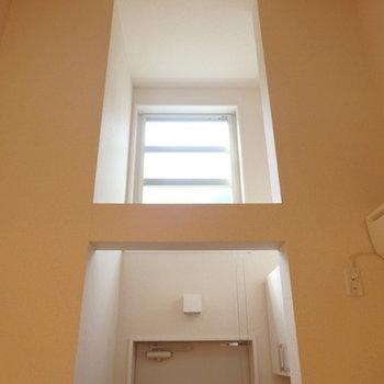 実際はもっっとオレンジ色の光で吹き抜けが幻想的に※画像は別室です
