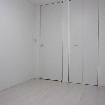 1階洋室です。真っ白。あなた色に