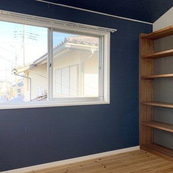 【洋室4.5帖】さらに書斎にすぐにでも使えそうな本棚付きのお部屋