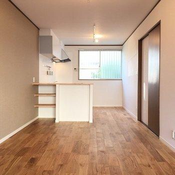 1階はヤマグリの無垢材を使った13.5帖の広々空間