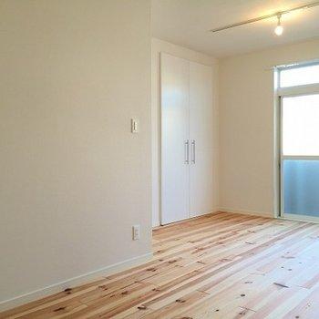 2階には2部屋。天窓のついた解放感のあるお部屋