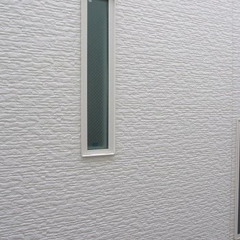 窓を開けたらマンションの壁・・・