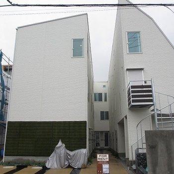 上から見るとコの字型の建物です。真っ白の外観は清潔感満点◎