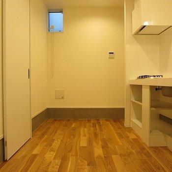 スベスベの無垢床は裸足でペタペタ歩きたくなりますね。