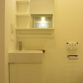 ピカピカの独立洗面台。