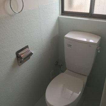 トイレにも窓あり。