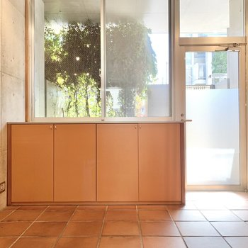 【1F 7.4帖】玄関はお部屋との境がないので、マットを敷いておくと良さそう。