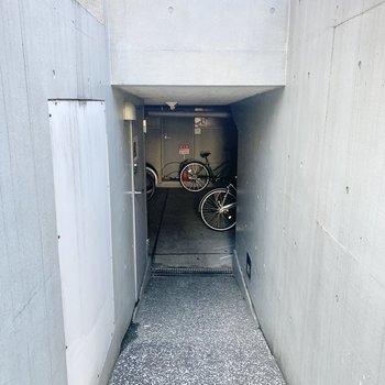 駐輪場は建物裏にあります。